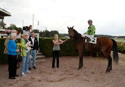 Fine Humor i vinnarcirkeln | Täby 130911 |  Foto: Stefan Olsson / Svensk Galopp