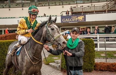 Zvinto Zaid i vinnarcirkeln.   Täby 131027   Foto: Elina Björklund / Svensk Galopp