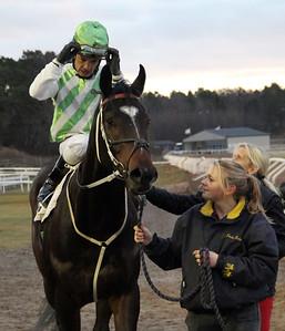 Pepper på väg till vinnarcirkeln   Täby 131222   Foto: Klara Röstlund / Svensk Galopp