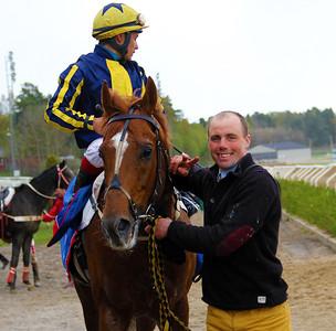 Puyol och Carlos Lopez tillsammans med tränare Henrik Engblom | Täby 140504 | Foto: Klara Röstlund / Svensk Galopp