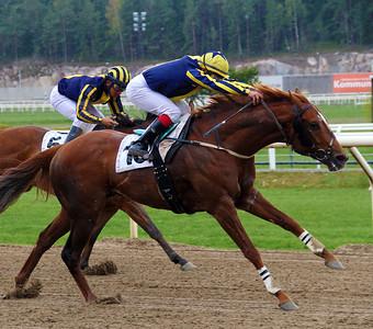 Puyol vinner med Carlos Lopez | Täby 140504 | Foto: Klara Röstlund / Svensk Galopp