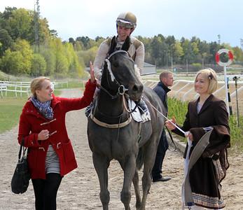 Greenday på väg till vinnarcirkeln | Täby 140504 | Foto: Klara Röstlund / Svensk Galopp