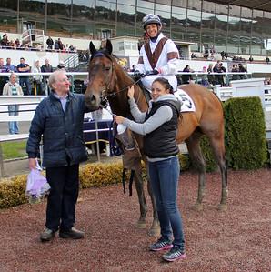 Claes Björling tar emot Mr David och Aase Marie Brown i vinnarcirkeln | Täby 140504 | Foto: Klara Röstlund / Svensk Galopp