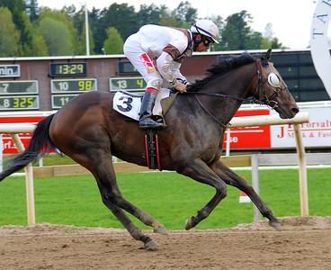 Sabre Light vinner med Elione Chaves | Täby 140514 | Foto: Klara Röstlund / Svensk Galopp