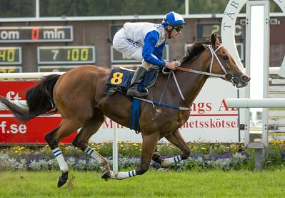 Sweet Loreen vinner med Jacob Johansen   Täby 140721   Foto: Elina Björklund / Svensk Galopp