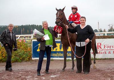 Harmonia i vinnarcrkeln Manuel Santos | Täby 141012 | Foto: Elina Björklund / Svensk Galopp