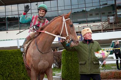 Tränare Ole Larsen tar emot Vesper och Elione Chaves i vinnarcirkeln   Täby 141105   Foto: Elina Björklund / Svensk Galopp