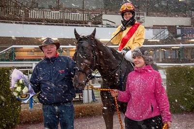 Tränare Peter Jardby tar emot The Penny Horse och Aase Marie Brown i vinnarcirkeln | Täby 141217 | Foto: Elina Björklund / Svensk Galopp