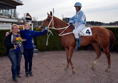 Lady Captain i vinnarcirkeln | Täby 150408 | Foto: Stefan Uppström / Svensk Galopp