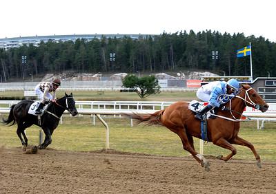 Lady Captain vinner med Leonard Rios | Täby 150408 | Foto: Stefan Uppström / Svensk Galopp