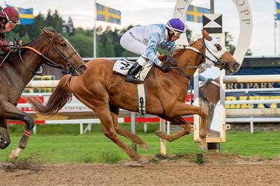 The Intrusive vinner med Leonard Rios | Täby 150602 | Foto: Elina Björklund / Svensk Galopp