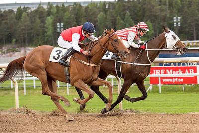 Aboule Le Fric och Fabienne De Geer vinner före Poison Ivy | Täby 150602 | Foto: Elina Björklund / Svensk Galopp