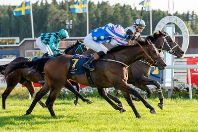 Lumineuse och Sara Slot vinner knappt före Mustajjid | Täby 150707 | Foto: Elina Björklund / Svensk Galopp