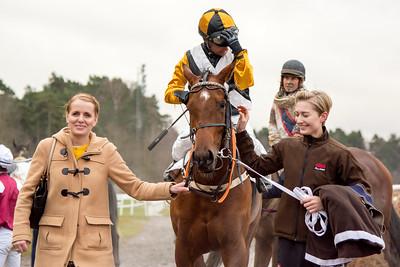 Behind the Scream på väg till vinnarcirkeln | Täby 151125 | Foto: Elina Björklund / Svensk Galopp