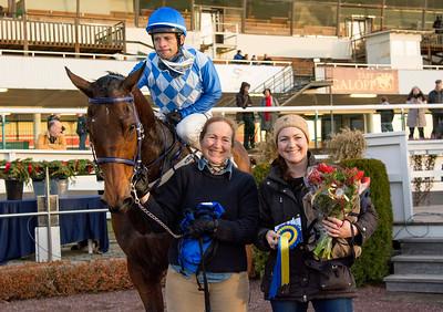 Hidden Hero i vinnarcirkeln   Täby 151220   Foto: Elina Björklund / Svensk Galopp