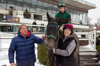 Hans Inge Larsen tar emot Great Soprano och Shane Karlsson i vinnarcirkeln   Täby 160124   Foto: Elina Björklund / Svensk Galopp
