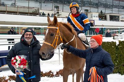 Börje Wetterlind tar emot Royal Approach och Madeleine Smith i vinnarcirkeln   Täby 160124   Foto: Elina Björklund / Svensk Galopp