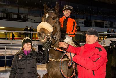 Ryszard Borko tar emot Eddie Shoestring och Shane Karlsson i vinnarcirkeln   Täby 160124   Foto: Elina Björklund / Svensk Galopp