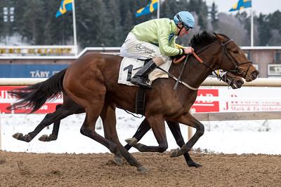 Martelle och Jacob Johansen vinner före World Gone Mad | Täby 160214 | Foto: Elina Björklund / Svensk Galopp