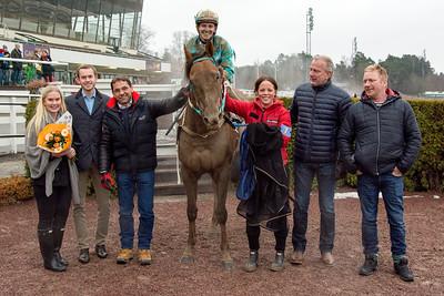 Jimmy Mack i vinnarcirkeln | Täby 160306 | Foto: Elina Björklund / Svensk Galopp