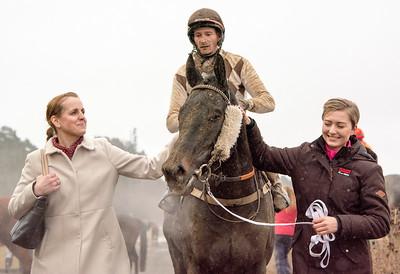 Caroline Malmborg tar emot Greenday och Lewis Davies | Täby 160306 | Foto: Elina Björklund / Svensk Galopp