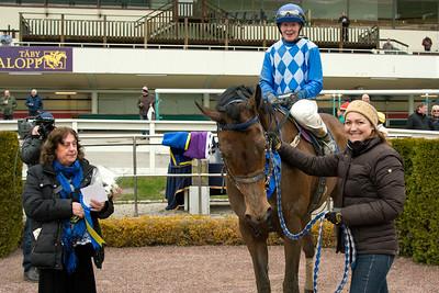 Hidden Hero i vinnarcirkeln   Täby 160427  Foto: Elina Björklund / Svensk Galopp