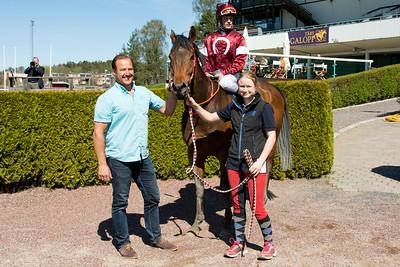 Cool Luke i vinnarcirkeln | Täby 160505 | Foto: Elina Björklund / Svensk Galopp
