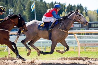 Myron och Malin Holmberg vinner före Bourbon Bay | Täby 160505 | Foto: Elina Björklund / Svensk Galopp