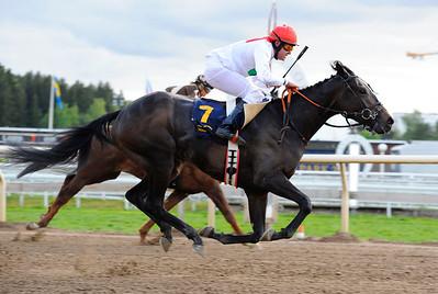 Glory Days och Troy Durant vinner före French Artist (S Berneklint)   Täby 160518   Foto: Stefan Olsson / Svensk Galopp
