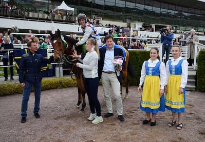 Omoto Sando i vinnarcirkeln   Täby 160518   Foto: Stefan Olsson / Svensk Galopp