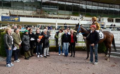 Street Band i vinnarcirkeln tillsammans med några av sina många ägare | Täby Galopp 110914 |  Foto: Stefan Olsson / Svensk Galopp