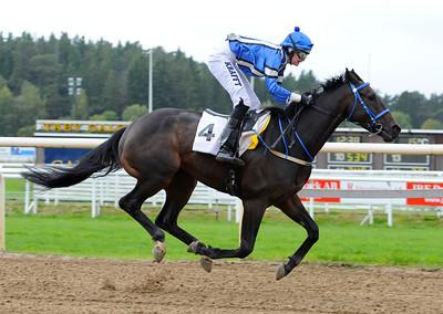Lucifer vinner med Mette Kjelsli | Täby Galopp 110928  Foto: Stefan Olsson / Svensk Galopp