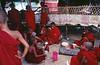 Groupe de jeunes moines partageant un moment de détente le jour du lancement de la construction d'un nouveau monastère sur l'île d'East Phayonka. Etat de l'Arakan/Birmanie (Myanmar)