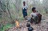 """""""Twin Zar"""" préparant du thé près de leur puits durant une pause entre deux séances d'extraction du pétrole. Ile d'East Phayonka/Etat de l'Arakan/Birmanie (Myanmar)"""