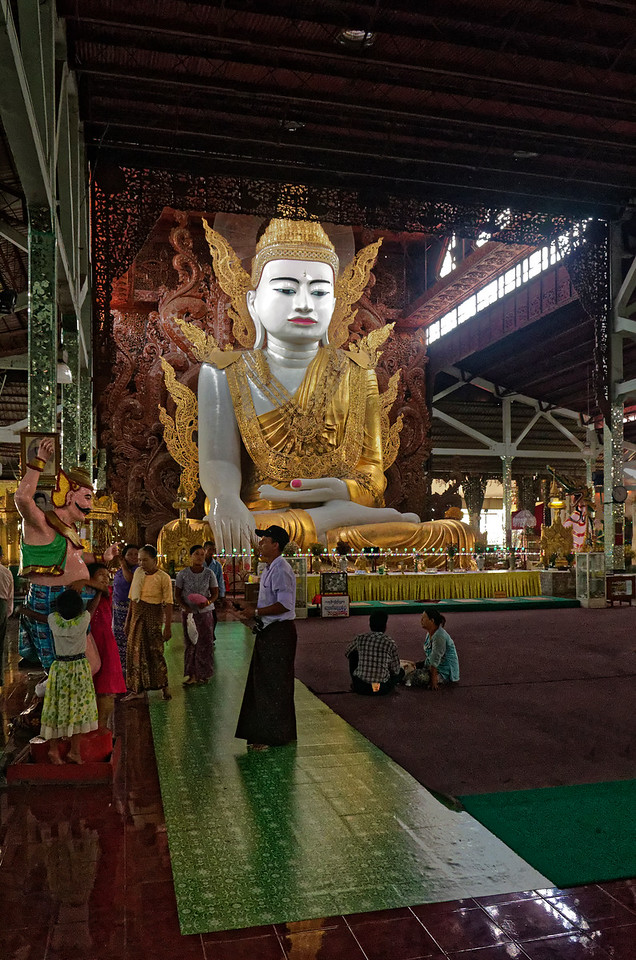 Worshippers at Nga Htat Gyi temple