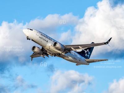 United 737-700 N13720