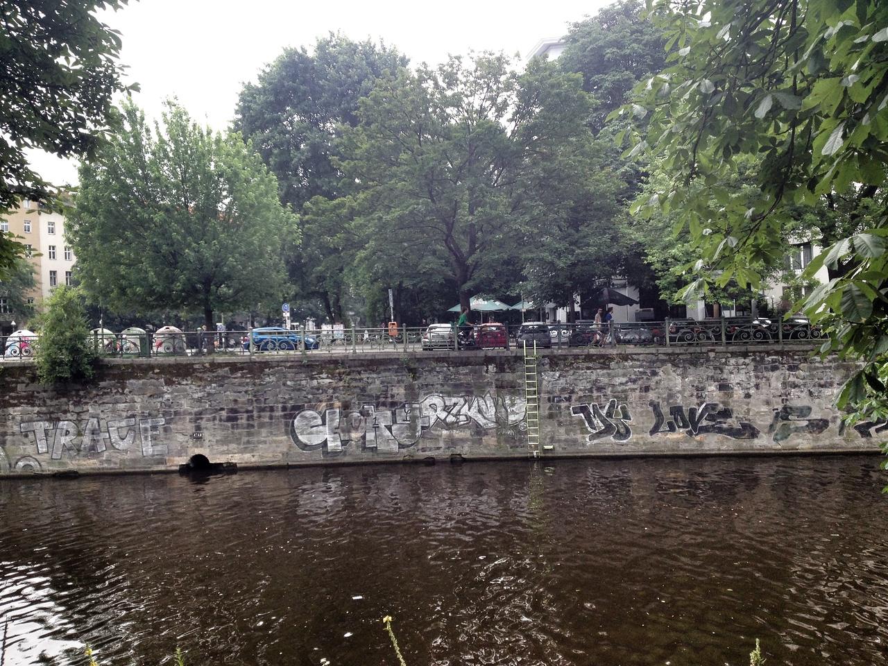 Graffiti Landwehrkanal Berlin