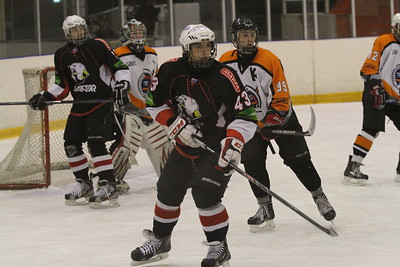 Челябинский Трактор дважды крупно обыграл на своём льду Спутник из Нижнего Тагила в матчах первенства Юниорской хоккейной лиги.
