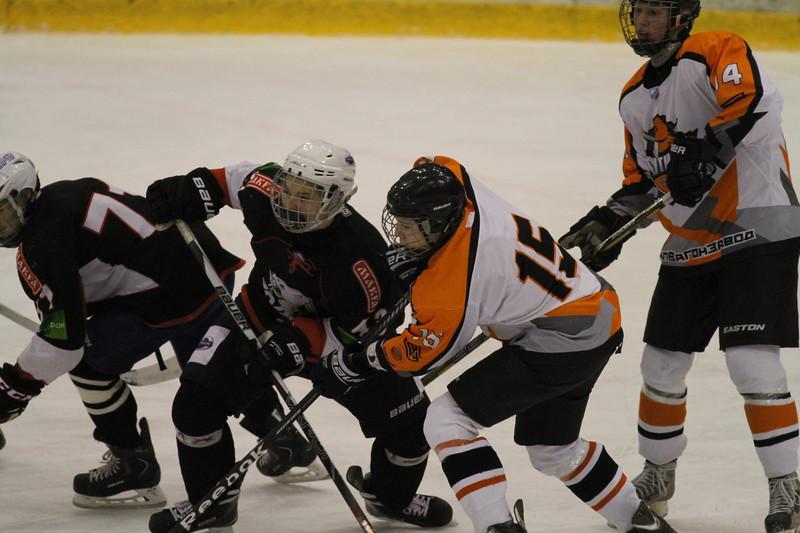 Команда Трактор два раза обыграла Спутник из Нижнего Тагила в матча первенства Юниорской хоккейной лиги.