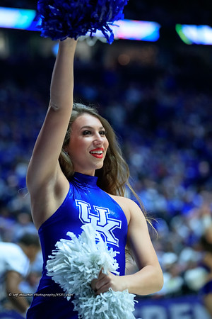 @saruhhunnuh and @ukdanceteam helping the crowd during a timeout.