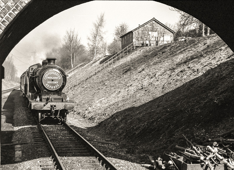 """Robinson O4 No. 63601 with the """"City of Leicester Midland Holiday Express"""" headboard arriving at Rothley Station"""