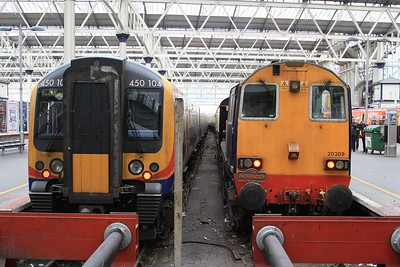 20 309 and 450 104 pass the time of day at Waterloo (07.02.2015).