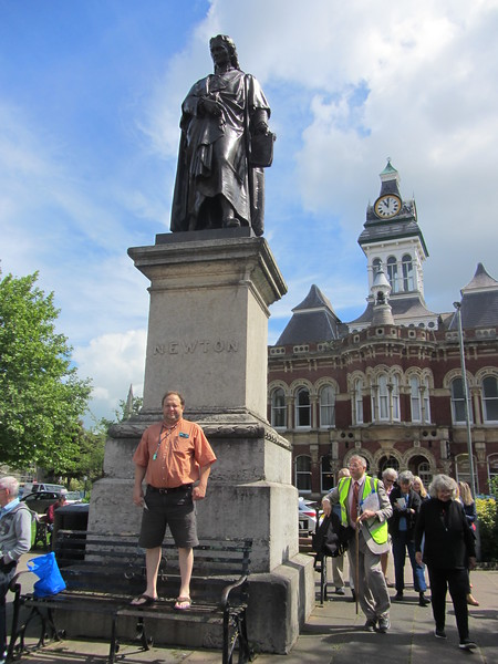 Lars posing with the statue of Sir Isaac Newton in Grantham.