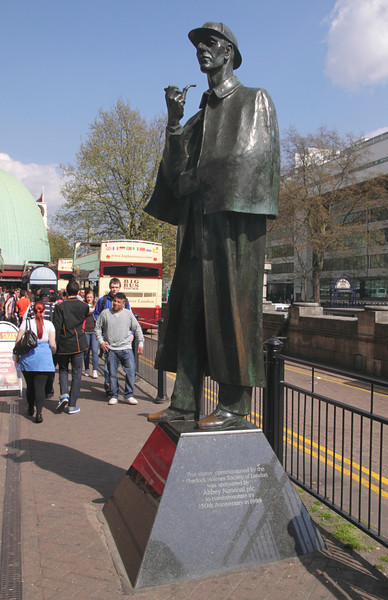 Sherlock Holmes Statue outside Baker Street tube station London