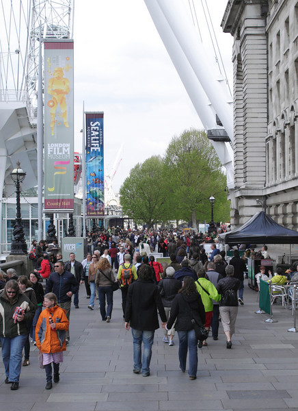 Crowd walking by the Saatchi Gallery London May 2010