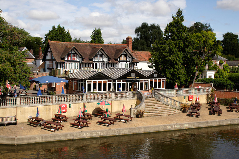 he Boathouse pub on River Thames at Wallingford Oxfordshire