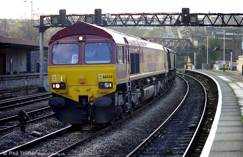 The driver of a then quite new 66010 has plenty of company in the cab as it passes Newport with HAAs in November 1998.
