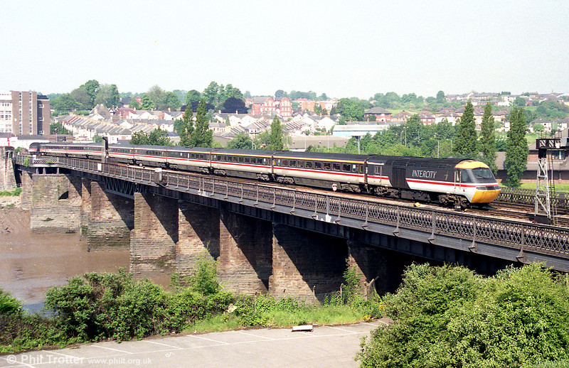 43016 brings up the rear of a London Paddington to Swansea service as it approaches Newport on 14th June 1996.