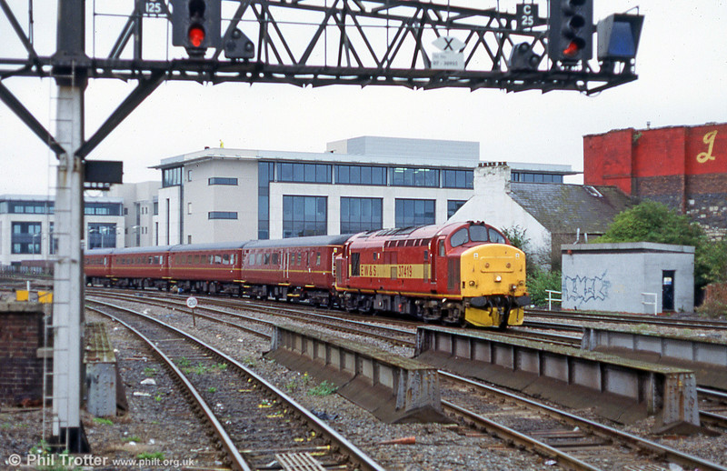 37419 approaches Cardiff Central with a train from Rhymney in late 2003.