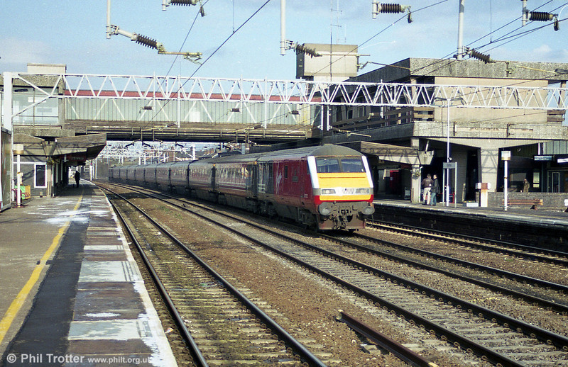 A 'class 82/1' DVT heads a London-bound service through Stafford on 2nd March 2001.